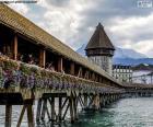 Kapellbrücke, jest drewniany most, który przecina rzeka Reuss i jedną z głównych atrakcji miasta Lucerny w Szwajcarii
