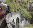 Pociąg przechodzącej przez wiaduktu