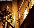 Strażak na płonącej drabinie