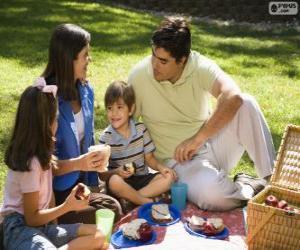 Układanka Rodzina na pikniku w parku