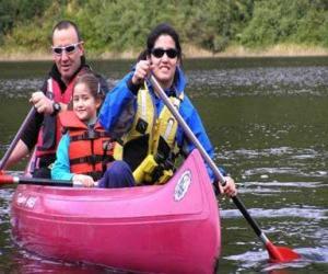 Układanka Rodzina, ojciec, matka i córka, żeglowania i wiosłowania łodzi, wyposażonych w kamizelki