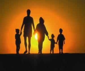 Układanka Rodzina, ojciec, matka i dzieci chodzenia na tre zmierzchu