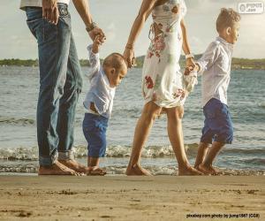 Układanka Rodzina spaceru wzdłuż plaży