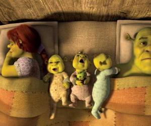 Układanka Rodziny Shrek, Fiona i trzy młode ogry w łóżku.