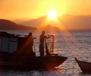 Układanka Rybacy o zachodzie słońca