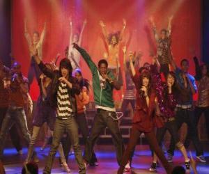 Układanka Shane (Joe Jonas) śpiewając wraz Mitchie Torres (Demi Lovato) w Final Jam
