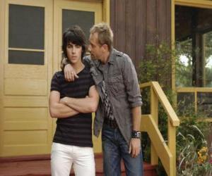 Układanka Shane (Joe Jonas) ze stryjem Brown Cessario (Daniel Fathers) właściciel Camp Rock
