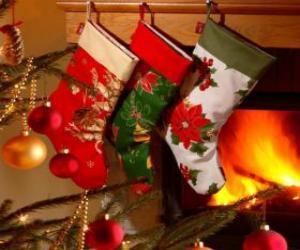 Układanka Skarpety świąteczne z dekoracją i powieszenie na ścianie komina
