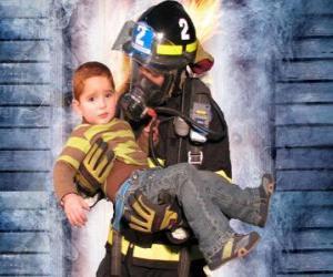 Układanka Straż pożarna posiadania dziecka w ramiona
