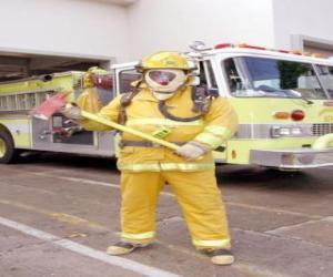 Układanka Strażak pełni wyposażone siekierą w ręku z ciężarówką