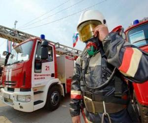 Układanka Strażak w pełni wyposażone obok ciężarówki