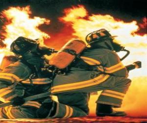 Układanka Strażak z kolana na podłodze i wąż gotowy