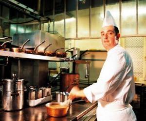 Układanka Szef kuchni przygotowuje danie