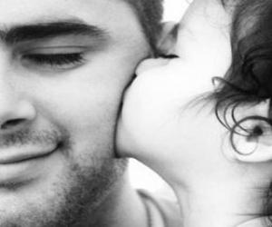 Układanka Tato otrzymał pocałunek i uścisk od córki