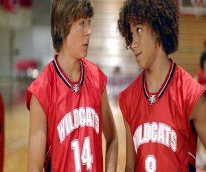 Układanka Troy Bolton (Zac Efron) i Chad (Corbin Bleu), z Wildcats shirt