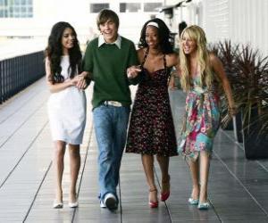 Układanka Troy Bolton (Zac Efron) z jej koleżanek Gabriella Montez (Vanessa Hudgens), Taylor (Monique Coleman) i Sharpay Evans (Ashley Tisdale)