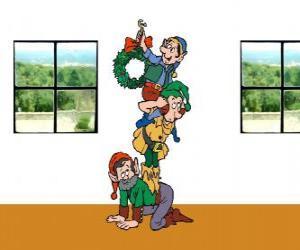 Układanka Trzy elfy Świętego Mikołaja wisi wieniec