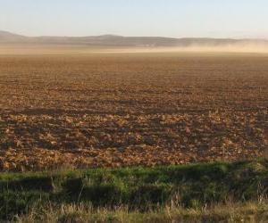 Układanka Uralski krajobraz z polem plowed na pierwszym planie