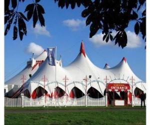Układanka Widok z zewnątrz na namiot cyrkowy namiot cyrkowy i gotowy do wykonywania funkcji lub