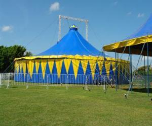 Układanka widok z zewnątrz namiotu cyrkowego lub duży top gotowy do funkcji lub wykonywania