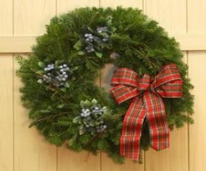 Układanka Wieniec Christmas wisi na drzwiach domu