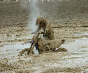 Układanka Wytrzymałość motocykla schwytanych w błocie